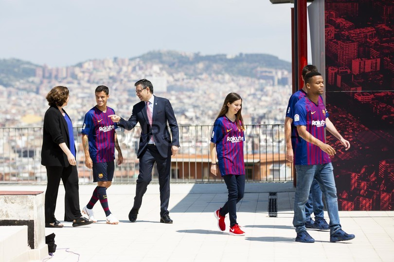 حفل تقديم القميص الجديد لنادي برشلونة لموسم 2018-2019 83942507