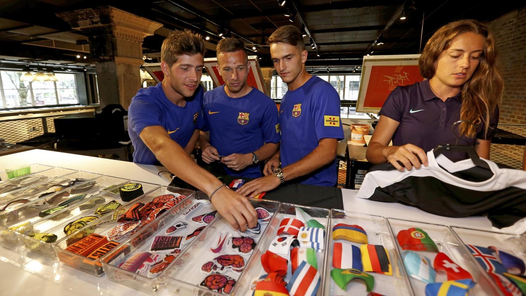 الكثير من المعجبين في متجر نايك ب بورتلاند من أجل مشاهدة لاعبي برشلونة 94927215