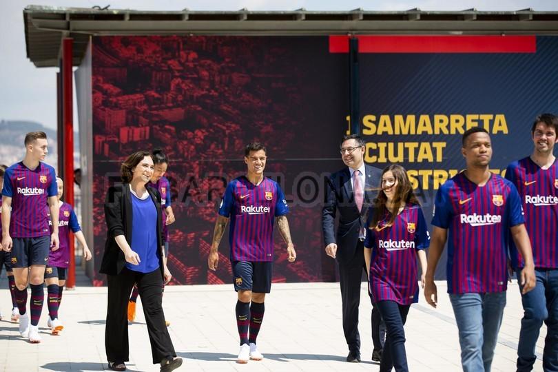 حفل تقديم القميص الجديد لنادي برشلونة لموسم 2018-2019 83942513