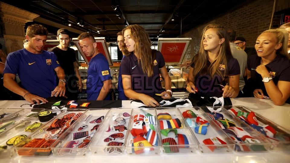 الكثير من المعجبين في متجر نايك ب بورتلاند من أجل مشاهدة لاعبي برشلونة 94927221