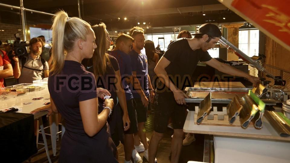 الكثير من المعجبين في متجر نايك ب بورتلاند من أجل مشاهدة لاعبي برشلونة 94927227