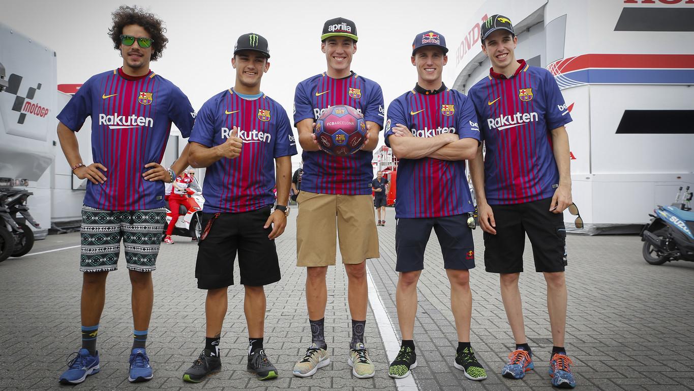 Cinco pilotos de motociclismo visten con orgullo la nueva equipación azulgrana en el circuito de Assen en Holanda