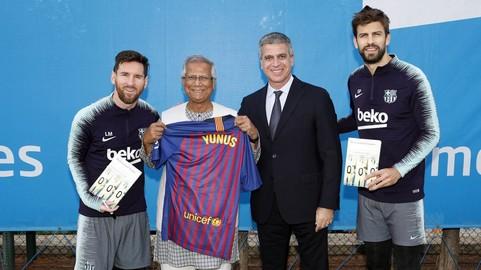 Nobel Peace Prize winner Muhammad Yunus visits training: 'Everyone in Bangladesh loves Barçab