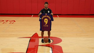 The blaugrana striker, in town with the Uruguay national team, paid a visit to the facilities of the NBA's Houston Rockets