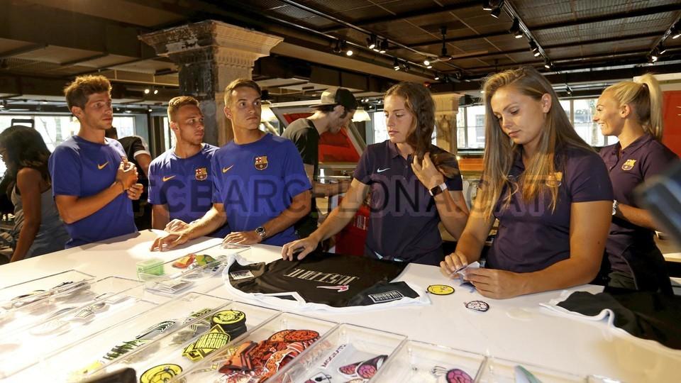الكثير من المعجبين في متجر نايك ب بورتلاند من أجل مشاهدة لاعبي برشلونة 94927233