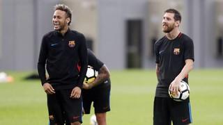 Les attaquants du Barça se lancent dans un jeu à l'entraînement : toucher le poteau en tirant du milieu de terrain