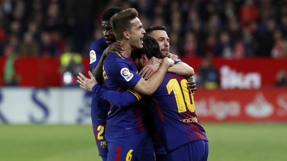 The team celebrates the goal scored by Lionel Messi
