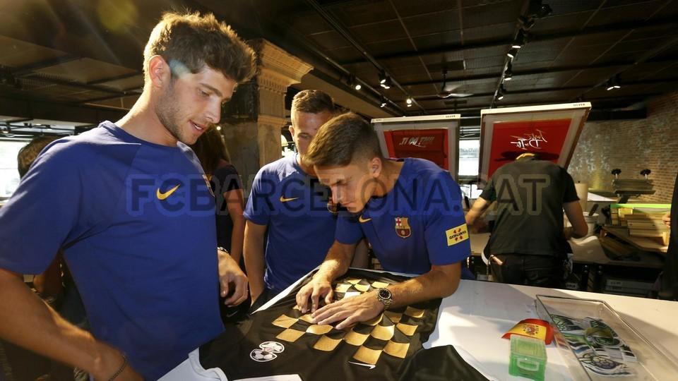 الكثير من المعجبين في متجر نايك ب بورتلاند من أجل مشاهدة لاعبي برشلونة 94927239