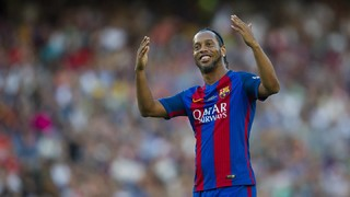 Ronaldinho's skills with Barça Legends