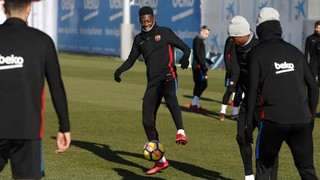 Dembélé takes part in 'rondo' with the group