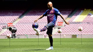 Arturo Vidal dons the Barça shirt