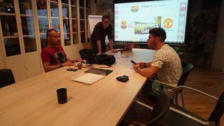 Xavi Moro i Alguer Brugarola han encetat les sessions teòriques de la beca d'anglès que inclou una estada al Manchester United