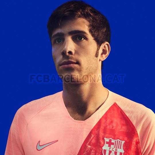 القميص الثالث يحتفي بمدينة برشلونة 98183578