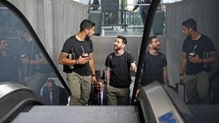 Get all the details of the blaugranas' trip to Madrid including their arrival, the stadium, the warm-up, the Copa del Rey trophy celebrations and their return trip