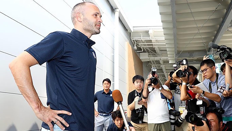 FCバルセロナの伝説的ミッドフィルダー、元キャプテンのアンドレス・イニエスタが新天地の日本に到着し、再び、イニエスタフィーバーを起こしている。