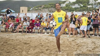 Footvolley fun for Ronaldinho in Barcelona