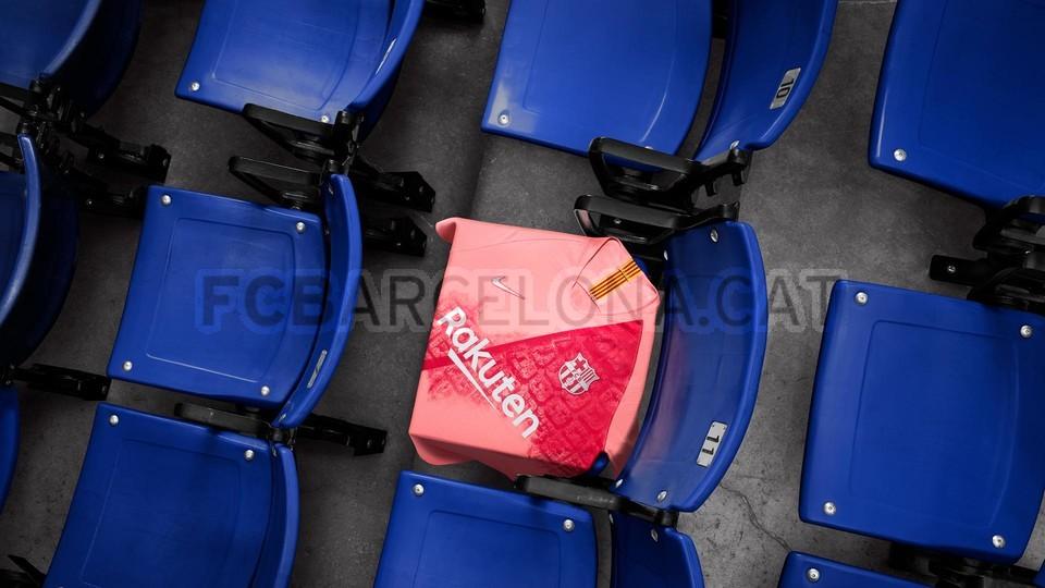 القميص الثالث يحتفي بمدينة برشلونة 98183590