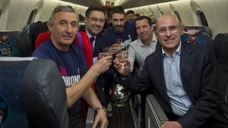 Así celebraron los jugadores, el staff y las familias el título conseguido este domingo en el Gran Canaria Arena tras imponerse en el Clásico en la final por 90-92