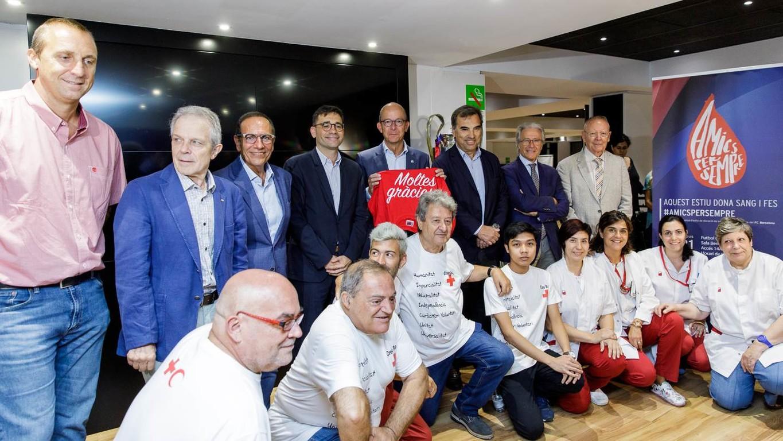 El director del Servicio General de la Salud de la Generalitat, David Elvira, y el vicepresidente primero del Barça, Jordi Cardoner, valoran muy positivamente la implicación del Club en la campaña