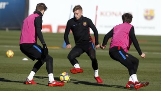 FC Barcelona striker strains knee ligaments in Friday training session and will be forced to sit out this Sunday's game at home to Deportivo