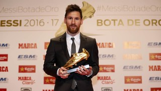 Leo Messi receives the fourth Golden Shoe of his career