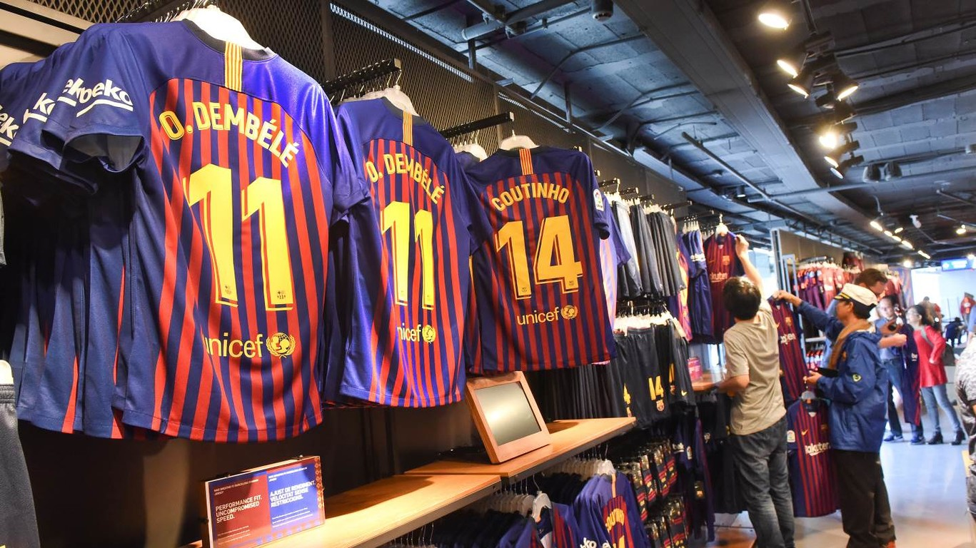 After being presented on Saturday at the Montjuic swimming pool, Nike's new Barça uniform for the 2018/19 season, in the traditional blaugrana colours with ten vertical stripes representing each of the districts of the city, has gone on sale in the club store