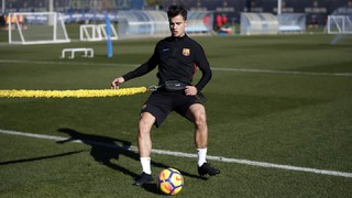Coutinho does ball work at Ciutat Esportiva