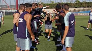 El lateral francés celebra este viernes su 25 aniversario, en un entrenamiento que ha vuelto a reunir a futbolistas del primer equipo y del Barça B
