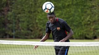 Ousmane Dembélé jugant a futvòlei amb els seus companys a l'entrenament