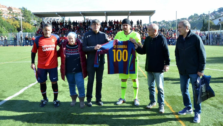 El camp municipal de Corbera ha estat l'escenari del partit entre els exjugadors del FC Barcelona i els Veterans de l'equip local