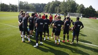 Les 26 joueurs sélectionnés pour participer à la tournée aux États-Unis se sont exercés à 9h30 (heure locale). Un autre entraînement est prévu plus tard dans la journée