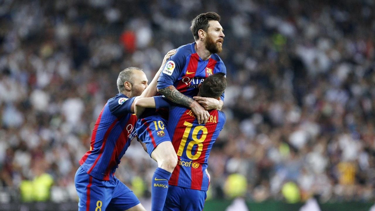 Barça grab a dramatic victory at the Santiago Bernabéu thanks to an injury-time strike from Leo Messi to move joint-top of the table