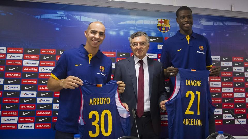 Carlos arroyo and moussa diagne presented to palau for Puerta 0 palau blaugrana