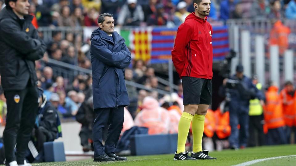 Ernesto Valverde watches as Barça beat Valencia 2-1 at Camp Nou