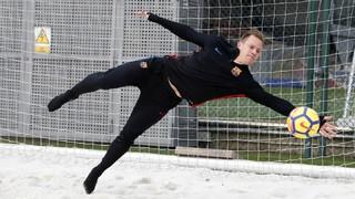 El porter alemán ha llevado a cabo este jueves un intenso ejercicio de fuerza sobre la arena de la Ciudad Deportiva