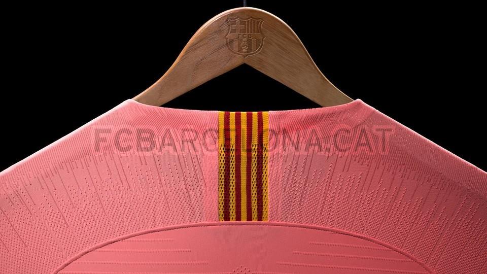 القميص الثالث يحتفي بمدينة برشلونة 98191608