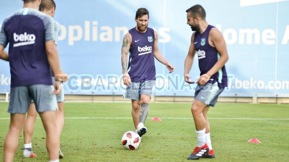 تدريب مشترك مع برشلونة ب ، ميسي ، بيكي ، جوردي ألبا ، سيرجيو ، سامبر  95313923