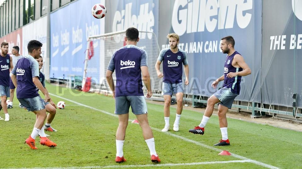 تدريب مشترك مع برشلونة ب ، ميسي ، بيكي ، جوردي ألبا ، سيرجيو ، سامبر  95313953