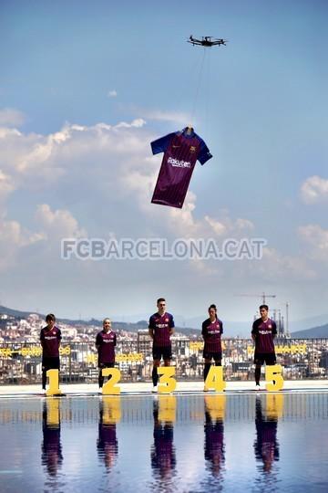 حفل تقديم القميص الجديد لنادي برشلونة لموسم 2018-2019 83941944