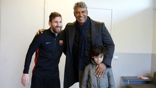 Frank Rijkaard drops by Barça's workout!