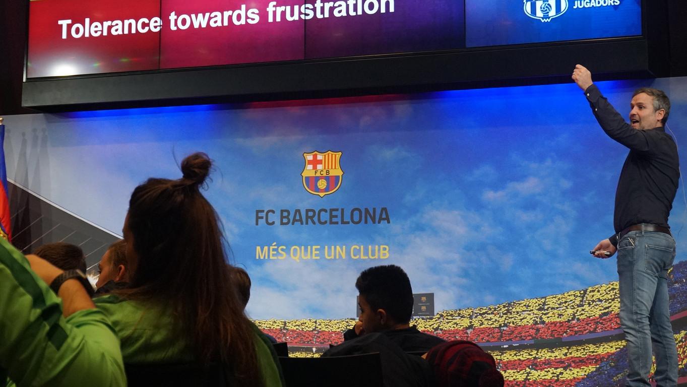 El directiu de l'Agrupació, Xavi Roca, parla sobre els valors blaugrana a 160 infants i joves d'un campus de la Barça Academy organitzat per ISL, partner de l'ABJ