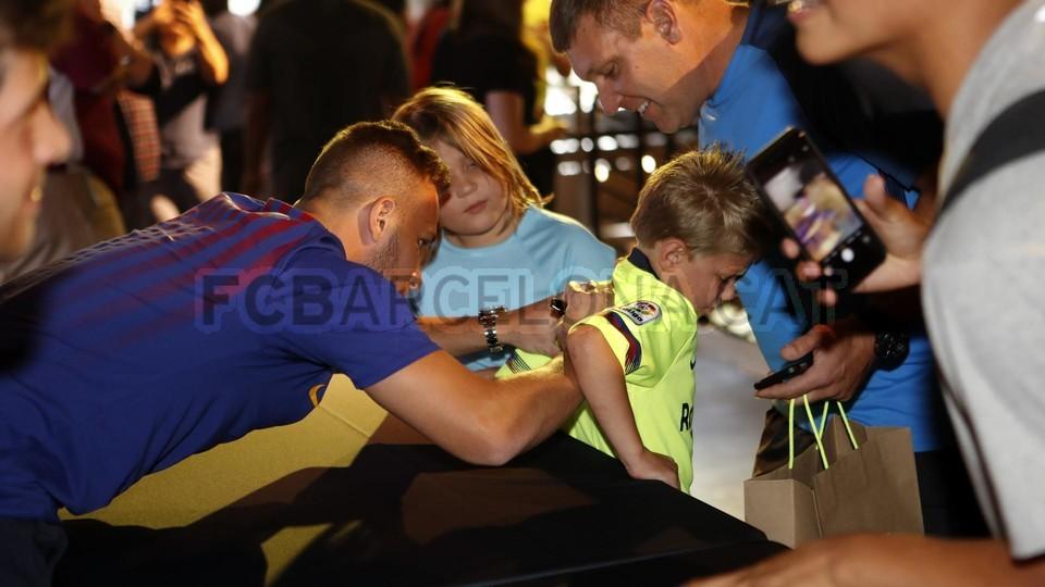 الكثير من المعجبين في متجر نايك ب بورتلاند من أجل مشاهدة لاعبي برشلونة 94927173