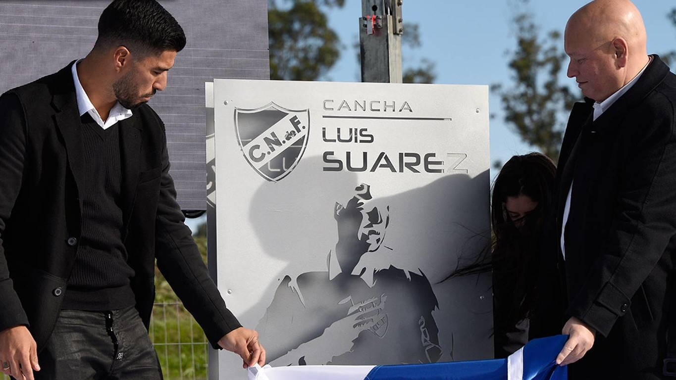 FC Barcelona's Uruguayan striker recognised in Montevideo for his time at Club Nacional and a ground is to be named in his honour at the Complex Esportiu Los Céspedes