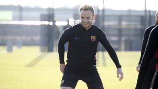 Le milieu croate du FC Barcelone doit inscrire un panier en tentant une frappe au pied dans un ballon de foot, dans le cadre de la campagne Gillette #precisionplay