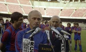 Photo of Udo Lattek speaking to the media