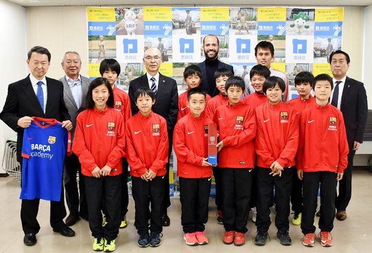 El alcalde de Katsushika recibe a los campeones de la Barça Academy Cup APAC 55a632aa7aa
