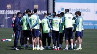 Iniesta, with in his right leg abductor, joins Rafinha, Aleix Vidal and Mathieu on the injury list while the coach leaves Masip out and includes Barça B's Aleñá