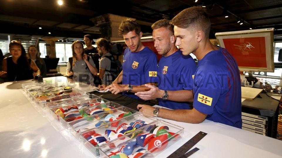 الكثير من المعجبين في متجر نايك ب بورتلاند من أجل مشاهدة لاعبي برشلونة 94927203