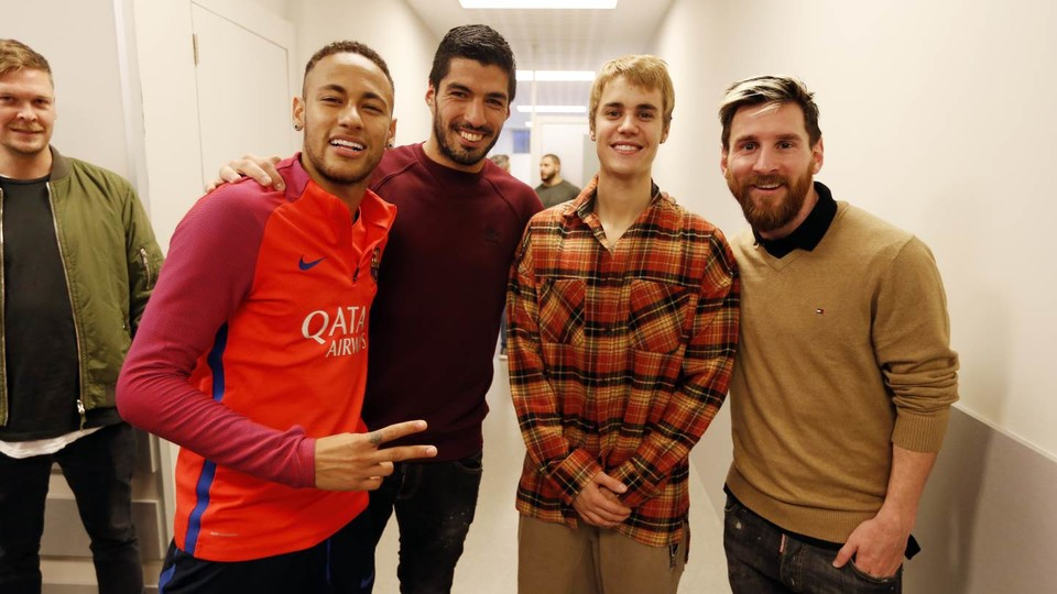 Justin bieber visits fc barcelona training session fc barcelona the canadian pop star who is performing at the palau sant jordi on tuesday night attends first team workout at the ciutat esportiva and gets to meet some m4hsunfo Images